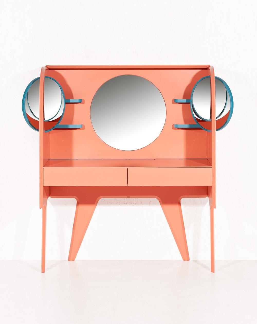 Туалетный столик с тремя зеркалами персикового цвета