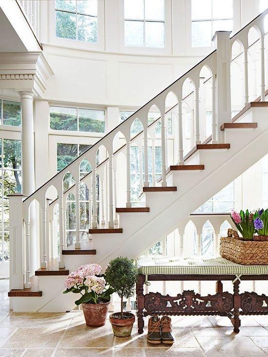 Фотография: Прихожая в стиле Прованс и Кантри, Архитектура, Декор, Мебель и свет, Ремонт на практике, Никита Морозов, освещение для лестницы, какую выбрать лестницу, какие бывают лестницы, прямая лестница, винтовая лестница, лестница на больцах, подвесная лестница, ограждение для лестниц, как украсить лестницу – фото на InMyRoom.ru