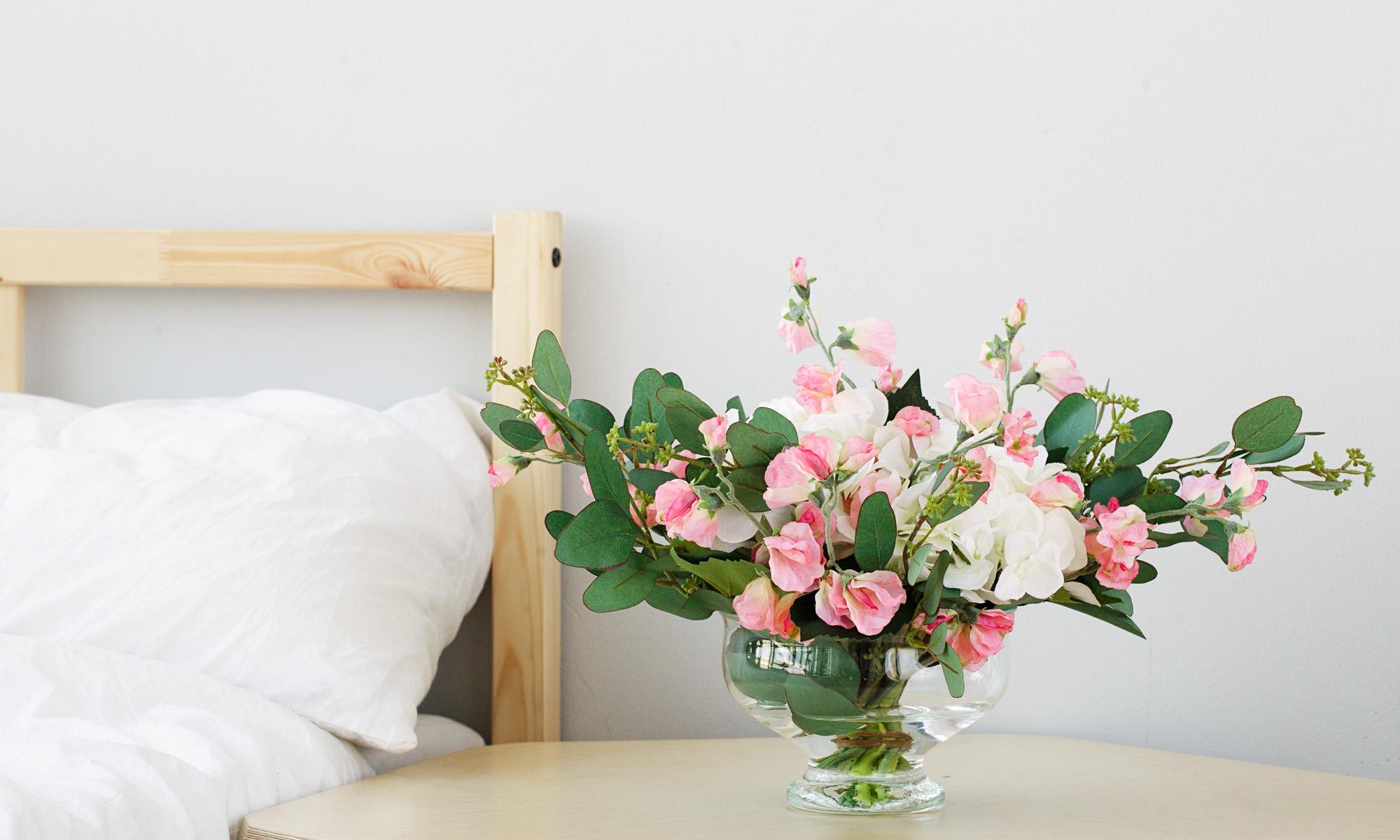 Композиция из искусственных цветов - белая гортензия, горошек, зелень эвкалипта