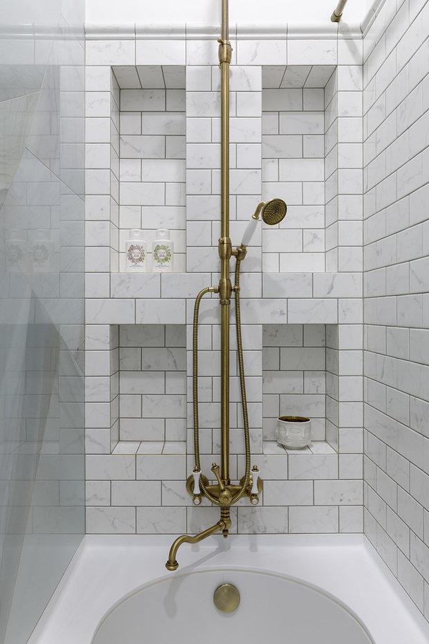Ниша для ванны была чуть больше по размеру, и лишние 10–15 см выполнили в виде ниш для шампуней. Это позволило избежать металлических навесных полок.