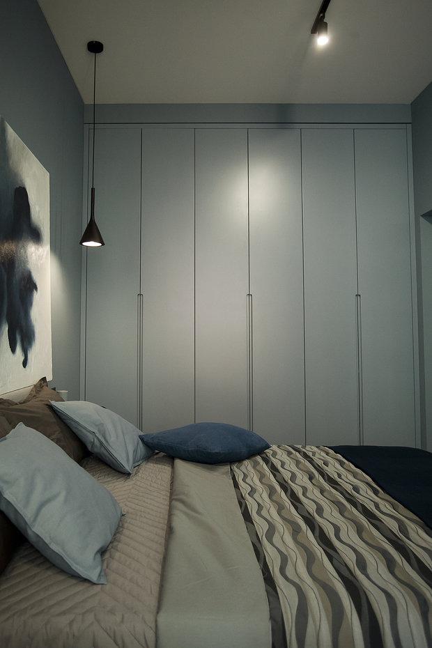 Так же как и в прихожей, в спальне предусмотрены большие встроенные шкафы до потолка с антресолями. Они были изготовлены на заказ.