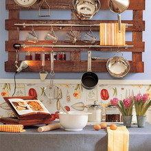 Фотография: Кухня и столовая в стиле Кантри, Декор интерьера, Мебель и свет, Системы хранения – фото на InMyRoom.ru