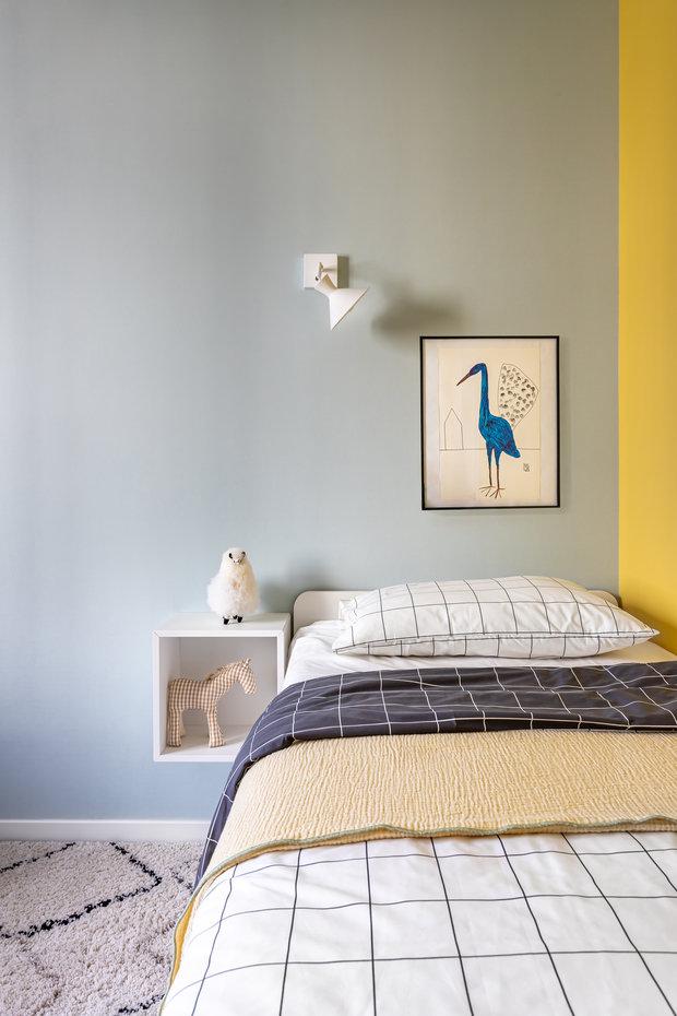 В квартире нет гостиной, и оставаться гостям негде, поэтому предусмотрели дополнительное спальное место, которое выдвигается из кровати.