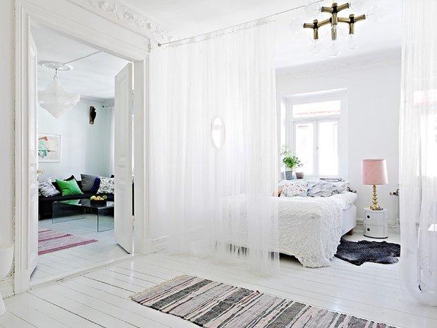 Фотография: Спальня в стиле Скандинавский, Декор интерьера, Мебель и свет, Перегородки – фото на InMyRoom.ru