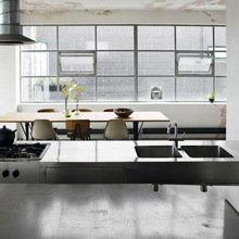 Фотография: Кухня и столовая в стиле Лофт, Дом, Цвет в интерьере, Дома и квартиры, Лондон, Серый, Индустриальный – фото на InMyRoom.ru