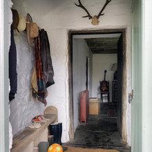 Фотография: Прихожая в стиле Скандинавский, Дом, Цвет в интерьере, Дома и квартиры, Стены, Балки – фото на InMyRoom.ru