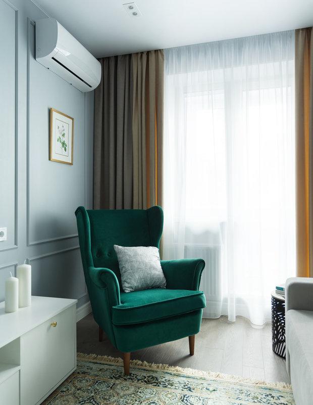 Акцентное кресло зеленого цвета отлично вписалось в интерьер.