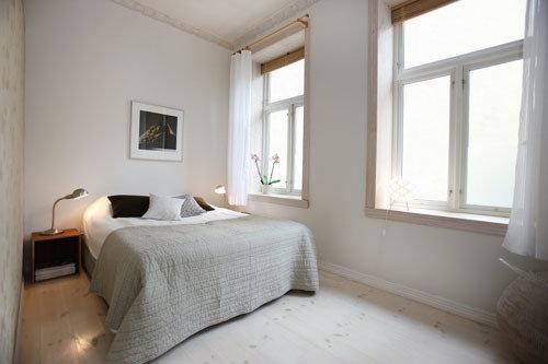 Фотография: Спальня в стиле Скандинавский, Декор интерьера, Квартира, Хранение, Мебель и свет, Стиль жизни, Советы, Стены – фото на InMyRoom.ru