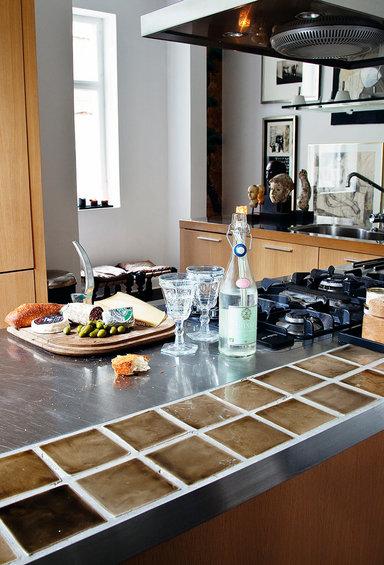 Фотография: Кухня и столовая в стиле Лофт, Декор интерьера, Квартира, Дома и квартиры, Камин – фото на InMyRoom.ru
