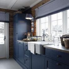 Фотография: Кухня и столовая в стиле Кантри, Дом, Цвет в интерьере, Дома и квартиры, Камин, Балки, Синий – фото на InMyRoom.ru