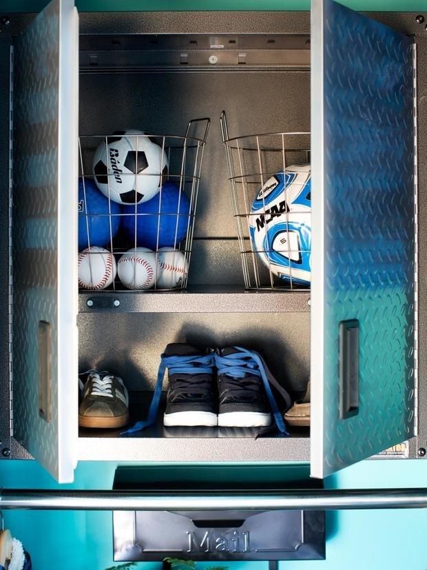Фотография:  в стиле , DIY, Квартира, Аксессуары, Советы, хранение, хранение спортивных снарядов, хранение лыж в квартире, хранение роликов в квартире, хранение доски для серфинга в квартире, хранение сноуборда в квартире, идеи хранения велосипеда в квартире, хранение самоката в квартире, хранение скейта в квартире – фото на InMyRoom.ru