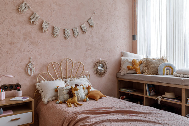В качестве декора в комнате появились плетенные вручную гирлянды из макраме и ловец снов, пуф-слон и многочисленные игрушки-звери.