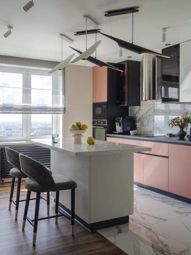 Кухня изготовлена на заказ. Так как квартира на двоих, остров на кухне заменил обеденный стол. Это одновременно решило проблему хранения и избавило от традиционного решения угловой кухни.