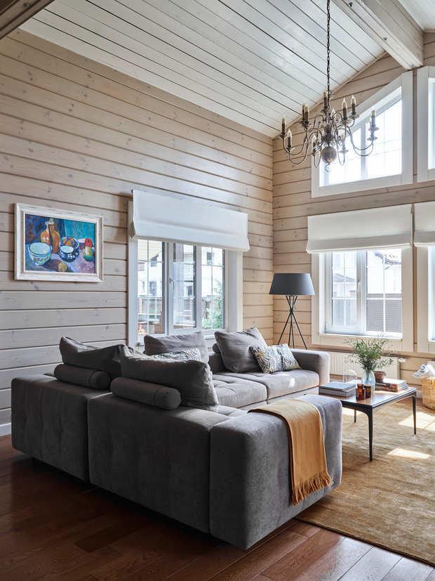 Несущие балки выполнены из клееной древесины кедра. Потолок обшит скошенным планкеном из лиственницы.