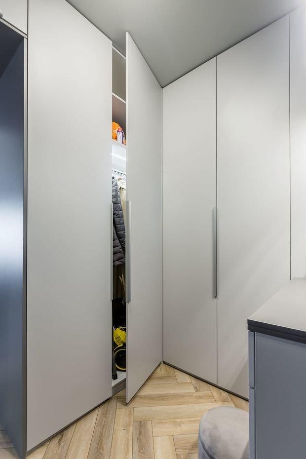 В прихожую удалось вместить почти три погонных метра шкафов, за счет этого отказались от отдельной гардеробной и сэкономили ценные метры.