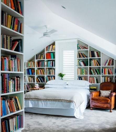 Фотография: Спальня в стиле Скандинавский, Декор интерьера, Декор, Домашняя библиотека, как разместить книги в интерьере, книги в интерьере – фото на InMyRoom.ru