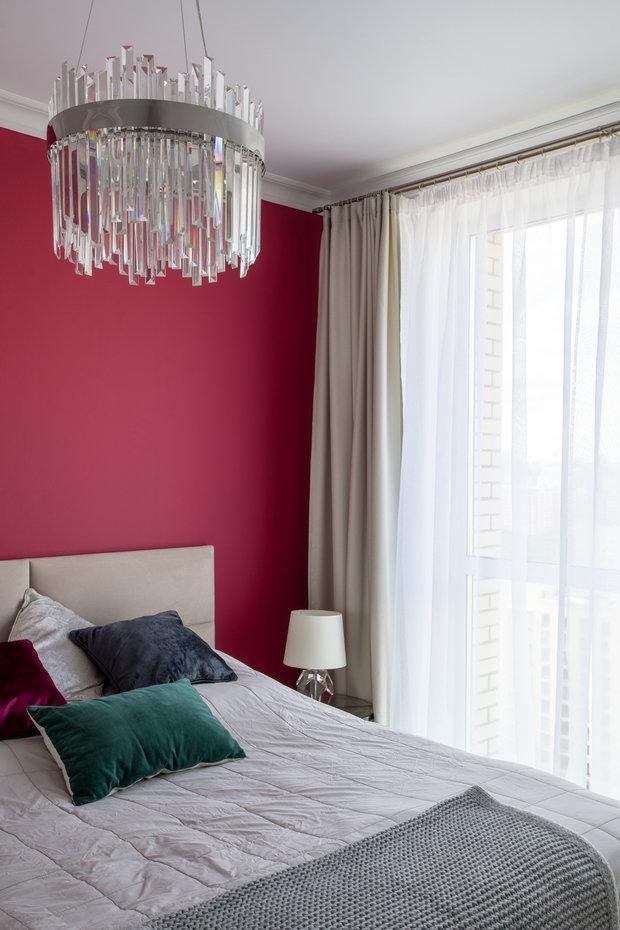 В спальне общий свет решен декоративной люстрой, а дополнительный — настольными лампами на прикроватных столиках.