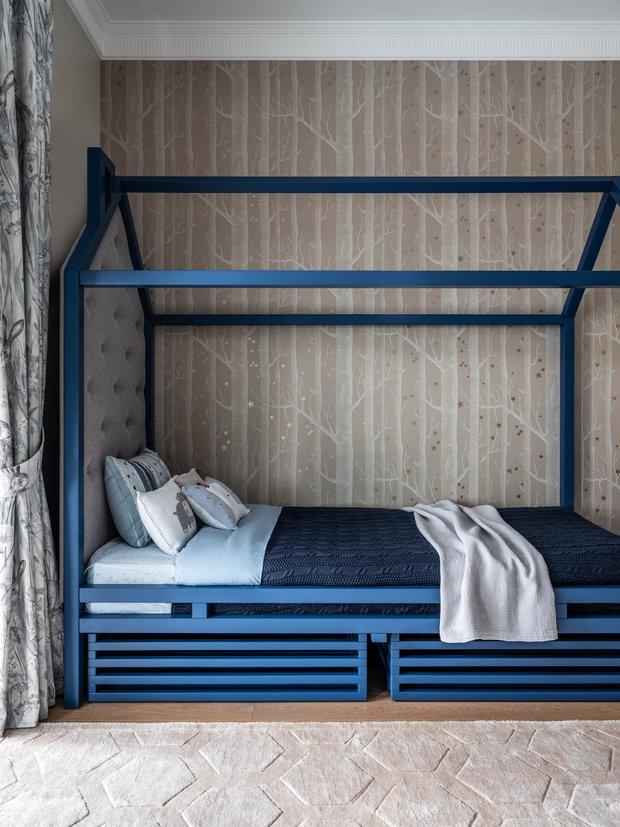 Кровать в виде домика — под заказ по эскизам студии, как и остальная корпусная мебель: рабочее место, стеллажи и встроенный шкаф.