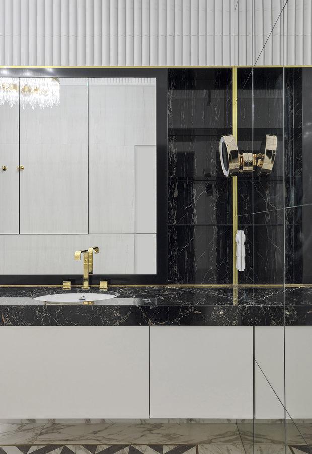 Латунные детали — элемент, который объединяет разные помещения в этой квартире.