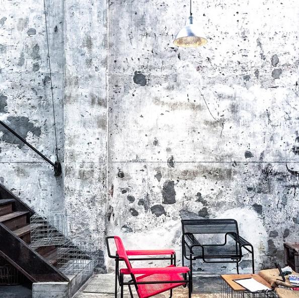Фотография:  в стиле , Советы, Гид, дизайн-хэштеги, дизайн библиотеки, дизайн прихожей, дизайн лестницы, дизайн входной двери, дизайн кафе – фото на InMyRoom.ru