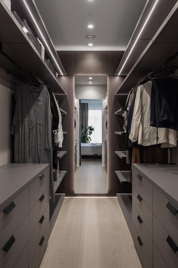 К спальне примыкает вытянутая гардеробная.