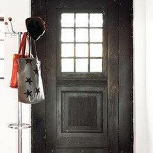 Фотография: Прихожая в стиле Скандинавский, Декор интерьера, Дом, Цвет в интерьере, Дома и квартиры, Белый, Стены, Лестница – фото на InMyRoom.ru