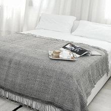 Фотография: Спальня в стиле Скандинавский, Декор интерьера, Декор дома, Подушки, Кровать – фото на InMyRoom.ru