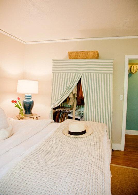 Фотография: Спальня в стиле Современный, Декор интерьера, Дом, Декор дома, Системы хранения, Шторы – фото на InMyRoom.ru