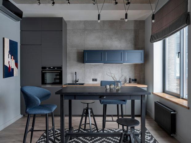На кухне отказались от классических верхних шкафов в пользу небольших горизонтальных навесных ящиков. Этот прием добавил небольшому помещению объема и воздуха.