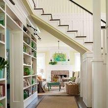 Фотография: Гостиная в стиле Кантри, Архитектура, Декор, Мебель и свет, Ремонт на практике, Никита Морозов, освещение для лестницы, какую выбрать лестницу, какие бывают лестницы, прямая лестница, винтовая лестница, лестница на больцах, подвесная лестница, ограждение для лестниц, как украсить лестницу – фото на InMyRoom.ru