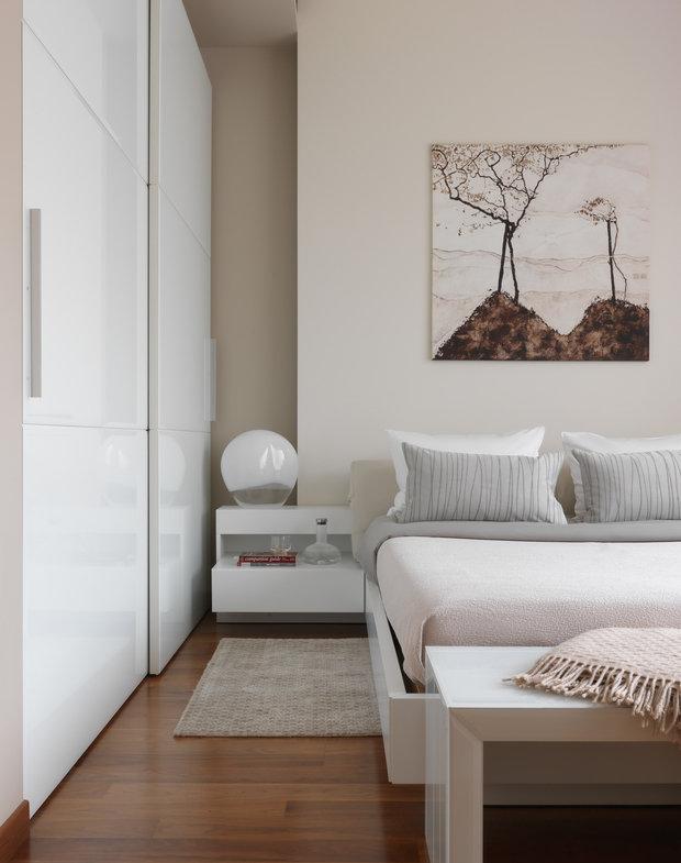 Фотография: Спальня в стиле Современный, Квартира, Минимализм, Проект недели, Кирпичный дом, 3 комнаты, 60-90 метров, Патриаршие пруды, Максим Новинский – фото на INMYROOM