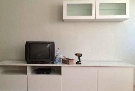 Помогите выбрать цвет штор ,телевизор будет другой соответственно ,двери светлые