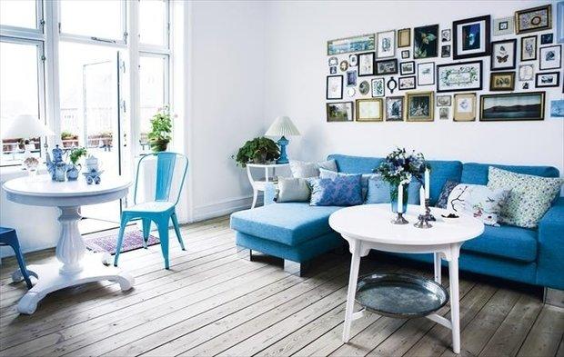 Фотография: Гостиная в стиле Скандинавский, Декор интерьера, Дизайн интерьера, Цвет в интерьере, Белый, Синий, Серый – фото на InMyRoom.ru
