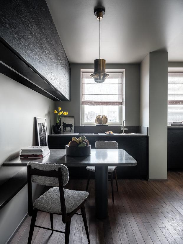 Стены и потолок выкрашены в серый оттенок, а на полу уложен дубовый паркет.