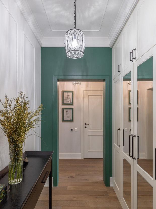 Для прихожей в качестве акцента выбрали красивый зеленый оттенок. Его поддерживает паспарту на постерах.