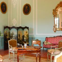 Фотография: Гостиная в стиле Классический, Декор интерьера, Дом, Декор дома, Камин, Ширма – фото на InMyRoom.ru