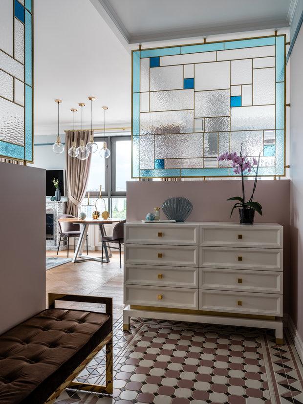 Для зонирования дизайнеры предложили использовать витражи из цветного стекла: они пропускают свет, но в то же время непрозрачны и являются декоративным акцентом.