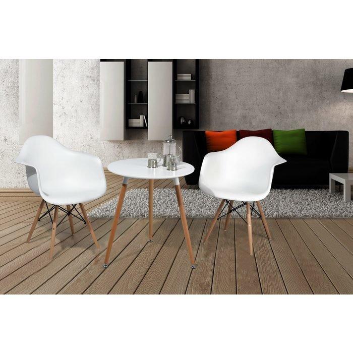 Маленький кофейный стол с пластиковой столешницей и опорами из массива дерева