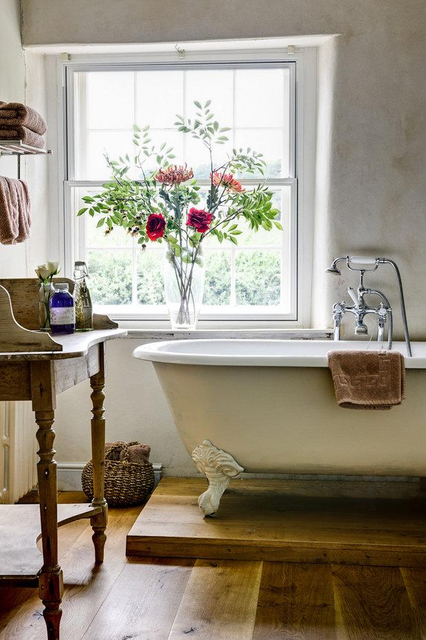 Фотография: Ванная в стиле Прованс и Кантри, Декор интерьера, Квартира, Декор, Советы, Подоконник, Окно – фото на InMyRoom.ru