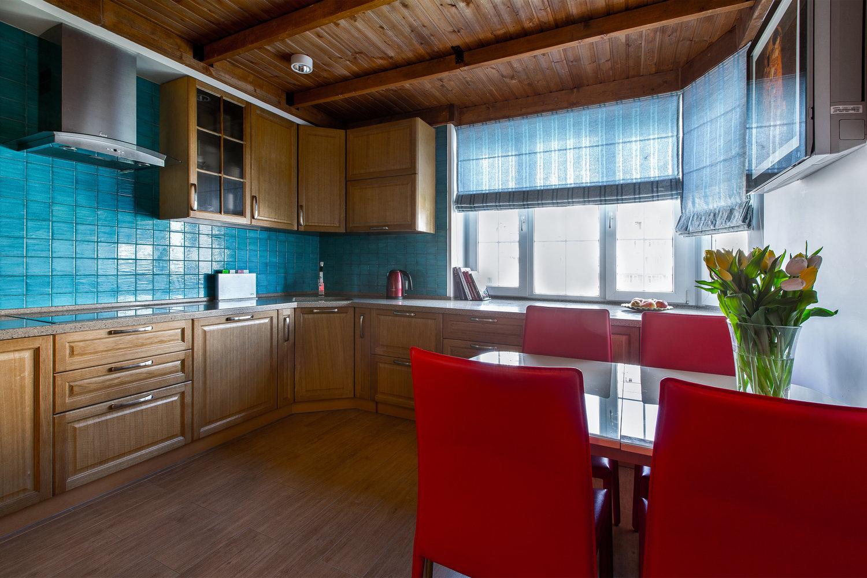 Голубая кухня в сочетании с красным