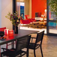 Фотография: Кухня и столовая в стиле Современный, Дом, Франция, Цвет в интерьере, Дома и квартиры, Минимализм, Стены, Красный, Зеркало – фото на InMyRoom.ru