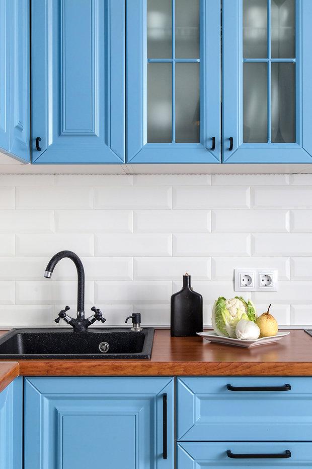Фотография: Кухня и столовая в стиле Скандинавский, Современный, Белый, Проект недели, Голубой, Панельный дом, 2 комнаты – фото на INMYROOM