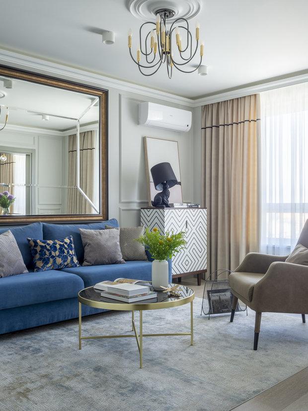 Для расширения пространства использовали зеркала и мебель со вставками из стекла.
