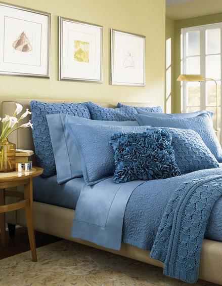 Фотография: Спальня в стиле Современный, Декор интерьера, Декор дома, Подушки, Вышивка – фото на InMyRoom.ru