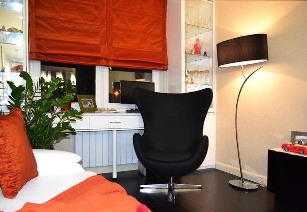 Фото из портфолио Двухкомнатная квартира с черной кухней. – фотографии дизайна интерьеров на INMYROOM