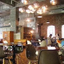 Фотография:  в стиле Лофт, Современный, Eames, Tom Dixon, Дома и квартиры, Городские места, Еда, Лондон, Нью-Йорк, Ресторан, Стокгольм, Кафе и рестораны – фото на InMyRoom.ru