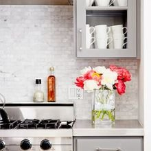 Фотография: Кухня и столовая в стиле Лофт, Декор интерьера, Интерьер комнат, Мебель и свет, Цвет в интерьере, Советы, Цветы, Посуда – фото на InMyRoom.ru