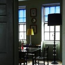 Фотография: Кухня и столовая в стиле Кантри, Дом, Индустрия, Люди, Зеркала, Лампы, Подсвечники – фото на InMyRoom.ru