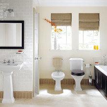 Фотография: Ванная в стиле Классический, Декор интерьера, Декор, Советы, Обои, Ремонт на практике, керамическая плитка, грифельная краска, самоклеющаяся пленка, агломерат, пластиковые панели, стекловолокнистые обои, отделка стен в ванной – фото на InMyRoom.ru