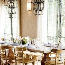 Фотография: Кухня и столовая в стиле Кантри, Дома и квартиры, Городские места, Отель, Бассейн, Большие окна, Балдахин – фото на InMyRoom.ru